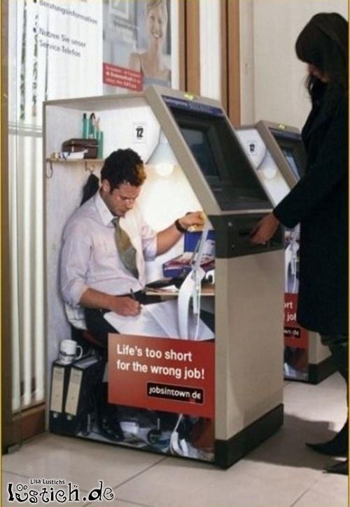 Mann im Bankautomat