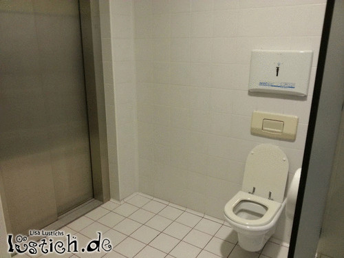 Toilette neben dem Aufzug